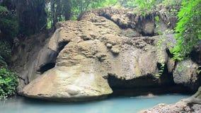 Atração turística natural famosa da cachoeira de Huay Mae Khamin na província Tailândia de Kanchanaburi; cachoeira do wihtout no  vídeos de arquivo