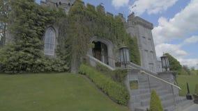 Atração turística pública famosa na Irlanda Fortifique, condado Clare de Dromoland, Irlanda - perfil video liso filme