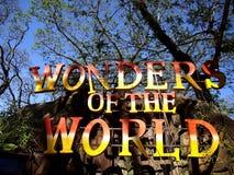 Atrações dentro da ilha do dinossauro em Clark Picnic Grounds em Mabalacat, Pampanga imagem de stock