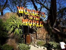 Atrações dentro da ilha do dinossauro em Clark Picnic Grounds em Mabalacat, Pampanga fotos de stock
