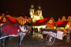 Atrações turísticas do quadrado de Praga da noite foto de stock