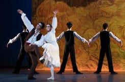 Atraído profundamente y atado a cada otro-ballet la muchacha de Arles Imagenes de archivo