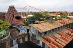 Atracción abandonada en parque temático Foto de archivo
