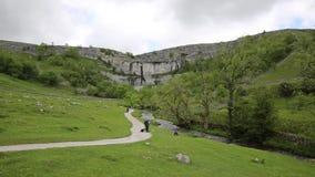 Atracción BRITÁNICA del visitante de Inglaterra del parque nacional de los valles de Yorkshire de la ensenada de Malham almacen de video