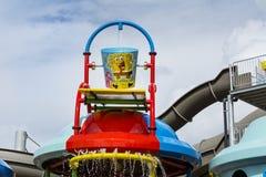 Atracción con el cubo del spongebob para los niños en parque del agua Imagenes de archivo