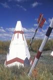 Atracción del borde de la carretera de tiendas de los indios norteamericanos y de flechas gigantes en la pista tribal de Navajo,  Imagenes de archivo