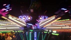 Atracción del parque de atracciones girando en la noche