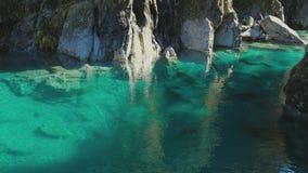 Atracción famosa del turist - piscinas azules, paso de Haast, Nueva Zelanda almacen de metraje de vídeo