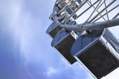 Atracción Ferris Wheel en un fondo del cielo azul fotografía de archivo