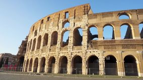 Atracción italiana famosa Colosseum en Roma Coliseo antiguo del anfiteatro en la capital de Italia metrajes