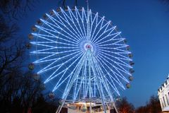 Atracción la noria con las luces en el parque de atracciones de la noche imagen de archivo