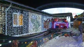 Atracción luminosa extrema del coche situada en parque del entretenimiento