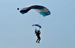 Atracción que se lanza en paracaídas para celebrar Día de la Independencia indonesio Foto de archivo
