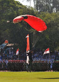 Atracción que se lanza en paracaídas para celebrar Día de la Independencia indonesio Imagen de archivo