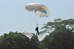 Atracción que se lanza en paracaídas para celebrar Día de la Independencia indonesio Imagen de archivo libre de regalías