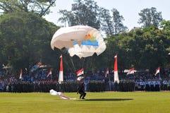 Atracción que se lanza en paracaídas para celebrar Día de la Independencia indonesio Foto de archivo libre de regalías