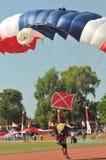 Atracción que se lanza en paracaídas para celebrar Día de la Independencia indonesio Fotografía de archivo libre de regalías