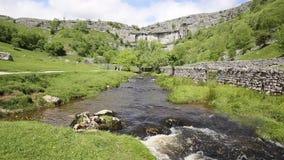 Atracción turística BRITÁNICA de Inglaterra del parque nacional de los valles de Yorkshire de la ensenada de Malham almacen de metraje de vídeo