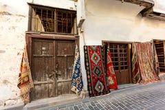 Atracción turística Calle en ciudad vieja con las tiendas de la alfombra Foto de archivo libre de regalías