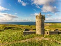 Atracción turística irlandesa famosa de la antena en Doolin, condado Clare, Irlanda El castillo de Doonagore es un castillo del s Imagen de archivo libre de regalías