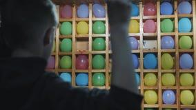 Atracci?n en el parque Serie del juego de la habilidad del carnaval del lanzamiento del dardo del globo almacen de metraje de vídeo