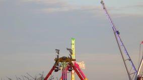 Atracciones del parque de atracciones en la puesta del sol (05) metrajes