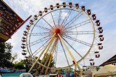 Atracciones en el parque del entretenimiento de la ciudad de Odessa fotos de archivo