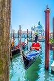 Atracciones turísticas en Venecia - góndola y basílica Fotografía de archivo
