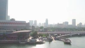 Atracciones turísticas superiores en Singapur alrededor de Marina Bay tiro Vista superior del río en Singapur almacen de metraje de vídeo