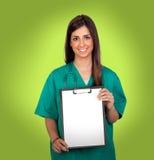 Atractive医疗与在剪贴板的一个白纸 免版税库存照片
