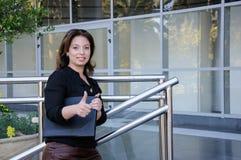 Atractive affärskvinna med svart dokumentfallanseende på th Arkivfoton