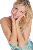 Atractive blonde Frau in Blau gekopiertem Kleid Stockfoto