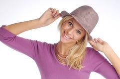 Atractive blonde Frau mit Hut in der violetten Strickjacke Stockfotografie