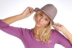 Atractive blonde Frau mit Hut in der violetten Strickjacke Stockbilder