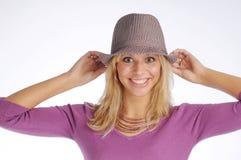 Atractive blonde Frau mit Hut in der violetten Strickjacke Lizenzfreies Stockfoto
