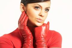 Atractive donkerbruin in rode blouse en rode handschoenen Stock Fotografie