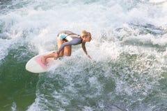 Atractive dziewczyny sporty surfing na sławnej sztucznej rzeki fala w Englischer garten, Monachium, Niemcy Obraz Stock