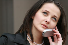 Atractive Frau am Telefon Lizenzfreie Stockbilder