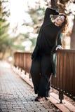 Atractive Gelukkige Vrouw die zich door een Houten Omheining in het Bos bevinden, stock foto's