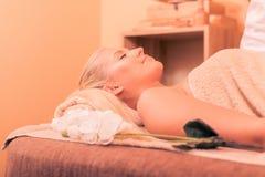 Atractive kobieta ma masaż zdjęcia stock