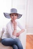 Atractive kobieta z białym kapeluszem Zdjęcia Royalty Free