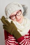 Atractive kvinna som bär en halsduk och ett lock i vinter Royaltyfri Fotografi