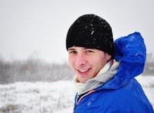 Atractive Mann, der in der Winterzeit lächelt Stockbild