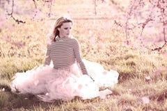 Atractive mogen kvinna med den yttre forsen för underkjolkjol fotografering för bildbyråer