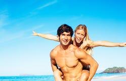 Atractive par som har gyckel på stranden Royaltyfri Bild