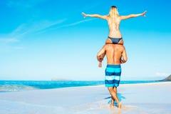 Atractive par som har gyckel på stranden Arkivfoton