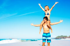 Atractive par som har gyckel på stranden Royaltyfri Fotografi