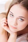 Atractivo, chica joven proping su cama. Fotografía de archivo libre de regalías