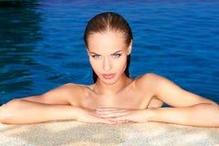 Atractivo en piscina imágenes de archivo libres de regalías