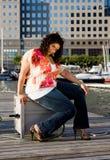 Atractivo más la sentada de la mujer de la talla Fotografía de archivo